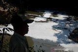 Seorang warga mengamati Sungai Anak Cikapundung yang tercemar limbah di Batununggal, Bandung Jawa Barat, Rabu (25/9/2019). Kondisi air aliran Sungai Anak Cikapundung yang bermuara ke Sungai Citarum tersebut berbusa dan mengeluarkan bau yang diduga akibat limbah industri sehingga menganggu aktivitas warga di sekitar sungai. ANTARA JABAR/Raisan Al Farisi/agr