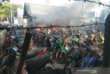 Unjuk rasa di DPRD Sultra, massa bakar pos Polisi