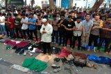 Di Sumatera Utara, Polisi-Mahasiswa  Shalat Ashar berjamaah di jalan