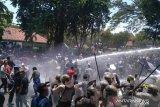 Polisi bubarkan demo rusuh dengan gas air mata