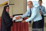 Bendahara DPRD Lutim terima penghargaan dari KP2KP Malili