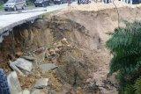 Jalan Kandis amblas akibat hujan deras