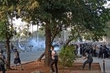 Kericuhan pecah di dekat pintu belakang gedung DPR/MPR, polisi tembakkan gas air mata
