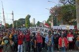 Demonstran pelajar di dekat Stasiun Palmerah Jakarta mulai lempari polisi