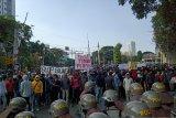 Massa merangsek ke belakang Gedung DPR