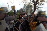 Demo DPR, polisi bagi-bagi minuman ke pedemo