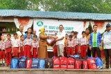 PT Maju Aneka Sawit bantu perlengkapan sekolah untuk pelajar desa sekitar perusahaan