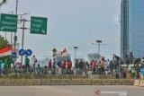 Massa pelajar mulai padati Flyover Slipi hendak menuju DPR