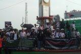 Massa Aliansi Lampung Bergerak berdemonstrasi di Tugu Adipura