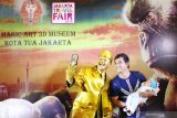 Seorang pengunjung mall berfoto dengan manusia patung emas di acara Jakarta Travel Fair 2019 di Pontianak, Kalimantan Barat, Minggu (29/9/2019). Jakarta Travel Fair 2019 yang setiap tahun diadakan Dinas Pariwisata provinsi DKI Jakarta tersebut bertujuan mempromosikan sejumlah destinasi wisata di Jakarta kepada masyarakat Pontianak. ANTARA FOTO/Jessica Helena WuysangANTARA FOTO/JESSICA HELENA WUYSANG (ANTARA FOTO/JESSICA HELENA WUYSANG)