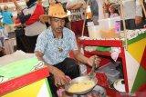 Seorang pedagang makanan khas Jakarta memasak Kerak Telor untuk pengunjung mall di acara Jakarta Travel Fair 2019 di Pontianak, Kalimantan Barat, Minggu (29/9/2019). Jakarta Travel Fair 2019 yang setiap tahun diadakan Dinas Pariwisata provinsi DKI Jakarta tersebut bertujuan mempromosikan sejumlah destinasi wisata di Jakarta kepada masyarakat Pontianak. ANTARA FOTO/Jessica Helena WuysangANTARA FOTO/JESSICA HELENA WUYSANG (ANTARA FOTO/JESSICA HELENA WUYSANG)