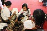 Tiga pengunjung mall membatik di salah satu stand acara Jakarta Travel Fair 2019 di Pontianak, Kalimantan Barat, Minggu (29/9/2019). Jakarta Travel Fair 2019 yang setiap tahun diadakan Dinas Pariwisata provinsi DKI Jakarta tersebut bertujuan mempromosikan sejumlah destinasi wisata di Jakarta kepada masyarakat Pontianak. ANTARA FOTO/Jessica Helena WuysangANTARA FOTO/JESSICA HELENA WUYSANG (ANTARA FOTO/JESSICA HELENA WUYSANG)