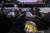 Polisi sholat berjamaah saat amankan demo