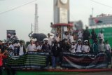 Mahasiswa dan aktivis demonstrasi di Tugu Adipura Bandarlampung