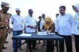 Gubernur Kalimantan Selatan  berkantor di Posko Karhutla