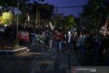 Pengunjuk rasa di DPRD Surakarta lakukan aksi lempar batu
