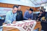 Pemkab dan KPU bersama Bawaslu Majene tandatangani perjanjian hibah daerah