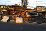 Pelantikan DPR, sisa kericuhan masih terlihat di jalan arah gedung DPR RI