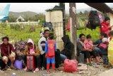 Warga Wamena menunggu pesawat yang akan digunakan untuk mengangkut mereka di Bandara Wamena, Papua, Selasa (1/10/2019). Sekitar 4.500 warga mengungsi ke Jayapura pascakerusuhan yang mengakibatkan 33 orang meninggal pada 23 September 2019. ANTARA FOTO/Gusti Tanati/nym.