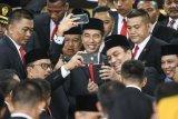 Presiden Joko Widodo (tengah) bersama Wakil Presiden Jusuf Kalla (kiri) berswafoto dengan anggota DPR RI periode 2019-2024 usai pelantikan anggota DPR RI di Kompleks Parlemen, Senayan, Jakarta Selasa (1/10/2019). Sebanyak 575 anggota DPR terpilih dan 136 orang anggota DPD terpilih diambil sumpahnya.. ANTARA FOTO/Galih Pradipta/pd.