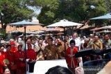 Peringati Hari Batik Nasional, Jokowi membatik bersama pelajar di Solo