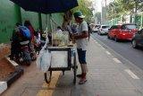 Pedagang makanan dan minuman keliling pun panen saat demo mahasiswa,