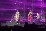 Band asal Denmark Lukas Graham pakai batik saat tampil perdana di Indonesia