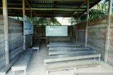 Murid SDN Ulak Patian Rohul belajar di kelas berlantai tanah