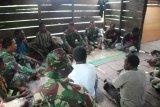 Prajurit Satgas TMMD Kodim Merauke dekatkan diri dengan warga Kogir