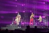 Vokalis band asal Denmark, Lukas Graham berpakaian batik saat tampil perdana di Indonesia