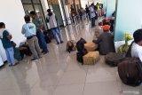 Arus keberangkatan penumpang pesawat di Bandara Frans Kaisiepo Biak meningkat