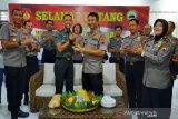 HUT TNI, Polresta Surakarta datangi Kodim 0735/Surakarta bawa tumpeng