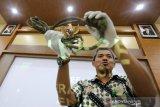 Kepala Balai Konservasi Sumber Daya Alam (BKSDA) Aceh Sapto Aji Prabowo memperlihatkan sitaan berbagai jenis dan ukuran jerat hasil operasi sapu jerat bersama KPH Wilayah I dan masyarakat di Banda Aceh, Aceh, Jumat (4/10/2019). Sejak awal Januari hingga akhir September 2019 BKSDA Aceh bersama KPH Wilayah I dan lembaga swadaya masyarakt peduli lingkungan telah mengamankan 178 unit jerat satwa yang dipasang pemburu di kawasan hutan serta 205 unit jerat serahan warga kepada petugas untuk dimusnahkan. Antara Aceh/Irwansyah Putra.