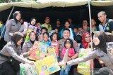 Personel Polda Sulawesi Selatan hibur anak pengungsi Wamena Papua