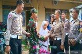 Anggota TNI ini terkejut disambangi anggota Polri yang memberikan sepeda