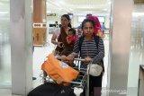 Dua warga Aceh bersama anaknya, Try Tessy (kanan) dan Priska Susilawati (kiri) yang dipulangkan dari Wamena, Kabupaten Jaya Wijaya, Papua saat berada di mobil penjemputan Dinas Sosial Aceh saat tiba di Bandara Internasional Sultan iskandar Muda, Kabupaten Aceh Besar, Aceh, Jumat (4/10/2019). Pemerintah Aceh melalui Dinas Sosial telah mengirim tim khusus untuk mendata jumlah warga Aceh di Wamena untuk proses pemulangan terkait situasi keamanan di daerah itu belum kondusif dan dari jumlah sementara yang baru terdata sebanyak 15 orang, empat orang di antaranya terdiri dari dua wanita bersama dua anaknya asal kabupaten Aceh Tenggara sudah tiba di Aceh. Antara Aceh/Ampelsa.