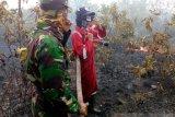 Komandan Kodim 0403/OKU  terjun ke lapangan padamkan api karhutla