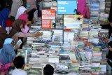 Warga mengamati sejumlah buku yang dijual pada pameran buku 'Big Bad Wolf' di JX International, Surabaya, Jawa Timur, Jumat (4/10/2019). Pameran berbagai macam buku yang berlangsung sampai 14 Oktober 2019 itu digelar untuk mengangkat minat baca masyarakat. Antara Jatim/Didik S/ZK