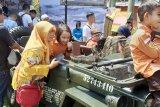 Sejumlah stand alutsista diserbu warga dalam perayaan HUT TNI