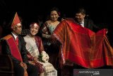Seniman menampilkan teatrikal pernikahan dalam suku Batak saat Konser Emas Sangge Sangge di Dago Tea House, Bandung, Jawa Barat, Jumat (4/10/2019) malam. Konser Emas Sangge Sangge yang menampilkan kolaborasi antara musik, orkestra dan teater tersebut merupakan pertunjukkan yang mengenalkan sekaligus melestarikan budaya dan kesenian tradisi Batak Toba khususnya bagi generasi yang lahir di luar tanah Batak. ANTARA JABAR/Novrian Arbi/agr