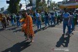 Penari menari tari batik jombangan secara kolosal di area Car Free Day depan gedung DPRD Jombang, Jawa Timur, Minggu (6/10/2019). Sekitar 700 orang ikut dalam kegiatan tari batik jombang yang digelar Froum Komunikasi Masyarakat Jombang (FKMJ) untuk memperingati Hari Kesaktian Pancasila 2019. Antara Jatim/Syaiful Arif/zk