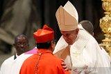 Paus Fransiskus tiba di Thailand, umat berdesakan berswafoto