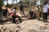 Prajurit TNI membantu bangun penghubung jalan desa di Lombok Tengah