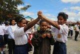 Siswa nikmati bermain di hari pertama sekolah pascakerusuhan Wamena