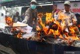 Petugas Balai Besar Karantina Pertanian (BBKP) membakar berbagai jenis benih tanaman ilegal di Malang, Jawa Timur, Senin (7/10/2019). Dari benih tanaman ilegal yang disita dari paket kiriman pos asal berbagai negara tersebut kerugian negara ditaksir mencapai 7 Miliar rupiah. Antara Jatim/Ari Bowo Sucipto/zk.