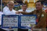 Kepala Badan Narkotika Nasional (BNN) Komjen Pol Heru Winarko ( kiri) menyerahkan modul Pencegahan Pemberantasan Penyalahgunaan dan Peredaran Gelap Narkoba (P4GN) tentang tanaman dan jenis narkotika kepada Kepala Badan Kesbangpol Aceh, Mahdi Efendi (kanan) saat deklarasi Desa Bersinar dan Sekolah Bersinar di Banda Aceh, Selasa (8/10/2019). Acara itu guna membangun ketahanan masyarakat dan pemerintah daerah di Aceh dalam menghadapi ancaman peredaran narkoba mulai dari tingkat desa hingga perkotaan. Antara Aceh/Ampelsa