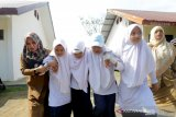 Pelajar bersama guru mengevakuasi korban bencana saat mengikuti simulasi evakuasi mandiri bencana gempa dan gelombang tsunami di SMPN 1 Baitussalam, Aceh Besar, Aceh, Selasa (8/10/2019). Simulasi evakuasi mandiri dikalangan pelajar yang digelar Badan Penanggulangan Bencana Aceh (BPBA) bertujuan membangun kesiapsiagaan bencana berbasis sekolah dan penguatan kapasitas manajemen sekolah dalam mengurangi korban akibat bencana alam. Antara Aceh/Irwansyah Putra.