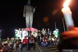 Sejumlah peserta aksi memanjatkan doa denna dipimpin tokor lintas agama saat menggelar aksi Doa Untuk Negeri di deppen monumen Patung Ir. Soekarno di Blitar, Jawa Timur, Senin (7/10/2019). Aksi doa oleh para tokoh lintas agama dan sejumlah pemuda serta mahasiswa dari berbagai kampus dan organ seperti HMI, GMNI, PGK, PMII, ANSOR, IPNU-IPPNU, dan pemuda lintas gereja tersebut bertujuan untuk mendoakan Indonesia tetap damai, serta terhindar dari berbagai bencana dan juga mendoakan agar permasalahan dalam negeri yang kini dihadapi, bisa segera usai. Antara Jatim/Irfan Anshori/zk.