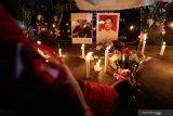 Mahasiswi meletakkan karangan bunga didepan foto dua korban meninggal akibat kerusuhan di Makassar dan Wamena saat menggelar aksi Doa Untuk Negeri di deppen monumen Patung Ir. Soekarno di Blitar, Jawa Timur, Senin (7/10/2019). Aksi doa oleh para tokoh lintas agama dan sejumlah pemuda serta mahasiswa dari berbagai kampus dan organ seperti HMI, GMNI, PGK, PMII, ANSOR, IPNU-IPPNU, dan pemuda lintas gereja tersebut bertujuan untuk mendoakan Indonesia tetap damai, serta terhindar dari berbagai bencana dan juga mendoakan agar permasalahan dalam negeri yang kini dihadapi, bisa segera usai. Antara Jatim/Irfan Anshori/zk.