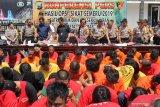 Polisi menunjukkan sejumlah tersangka dan barang bukti saat ungkap hasil Operasi Sikat Semeru di Polrestabes Surabaya, Jawa Timur, Rabu (9/10/2019). Polrestabes Surabaya dan Polsek jajaran mengungkap 409 kasus tindak pidana kejahatan serta menangkap 152 tersangka dalam Operasi Sikat Semeru 2019 yang digelar pada 16 sampai 27 September 2019. Antara Jatim/Didik S/ZK